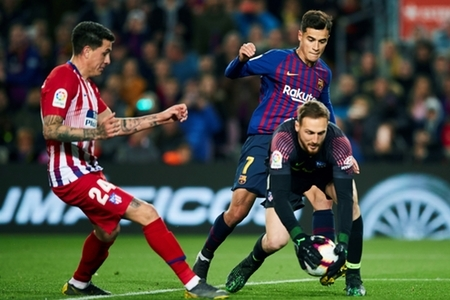 FC Barcelona's Philippe Coutinho (2-R) duels for the ball with Atletico Madrid's goalkeeper Jan Oblak (R) and Gimenez (L) during the Spanish LaLiga soccer match played at the Camp…