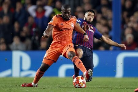 (l-r) Tanguy Ndombele of Olympique Lyonnais, Luis Suarez of FC Barcelona during the UEFA Champions League round of 16 match between FC Barcelona and Olympique Lyonnais at Camp Nou…