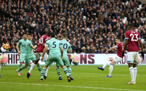 West Ham United's Declan Rice (second right) scores his side's first goal of the game