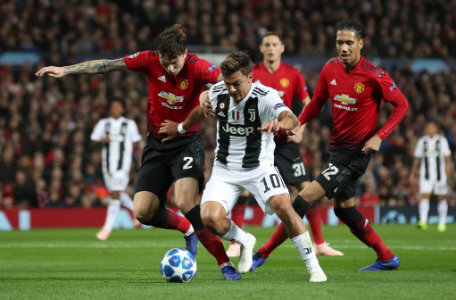 Manchester United's Victor Lindelof (left) and Juventus' Paulo Dybala battle for the ball during the UEFA Champions League match at Old Trafford, Manchester.