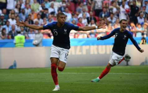 (180630) -- KAZAN, June 30, 2018 (Xinhua) -- Kylian Mbappe (L) of France celebrates scoring during the 2018 FIFA World Cup round of 16 match between France and Argentina in Kazan,…