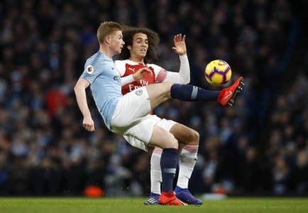 Manchester City's Kevin De Bruyne (left) and Arsenal's Matteo Guendouzi battle for the ball during the Premier League match at the Etihad Stadium, Manchester.