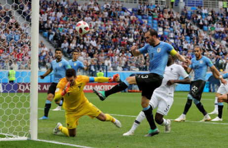 06 July 2018, Russia, Nizhny Novgorod: World Cup 2018, Uruguay vs France, Nizhny Novgorod stadium. France's goalkeeper Hugo Lloris (L) catches the ball next to Diego Godin from…