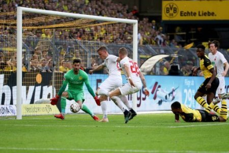 xuhjbx Dortmund, Signal Iduna Park, 06.10.18, 1. Bundesliga - 7. Spieltag - Borussia Dortmund - FC Augsburg Bild: Tor zum 0:1 durch Alfred Finnbogason (Augsburg) Gem�� den…