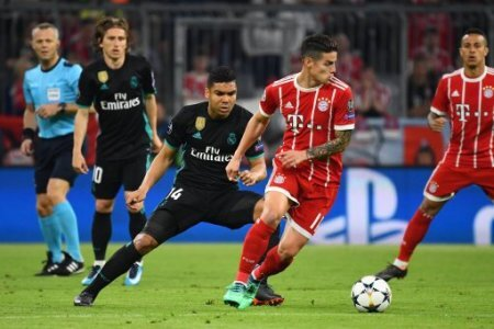 25.04.2018, xjhx, Fussball Champions League, FC Bayern Muenchen - Real Madrid, emspor, v.l. Casemiro (Real Madrid), James Rodriguez (FCB - FC Bayern Muenchen) Muenchen *** 25 04…
